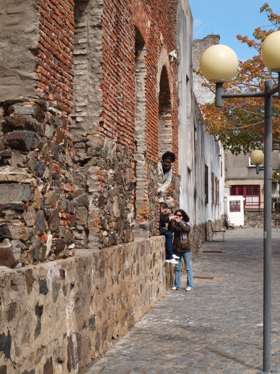 eine alte Mauer unten am Hafen