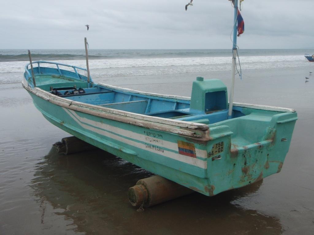 unser Tauchboot, kurz die Fischreste vom Morgen geputzt, Motor organisiert und los gehts