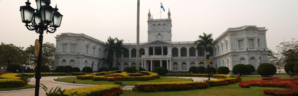 hinter dem pompösen Präsidentenpalast in Asuncion...