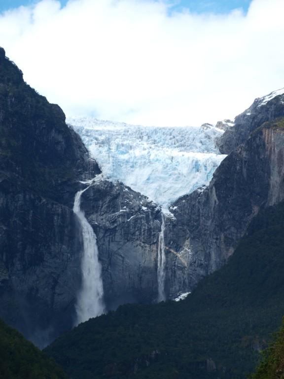 Hängegletscher mit Wasserfall im Nationalpark Queulat