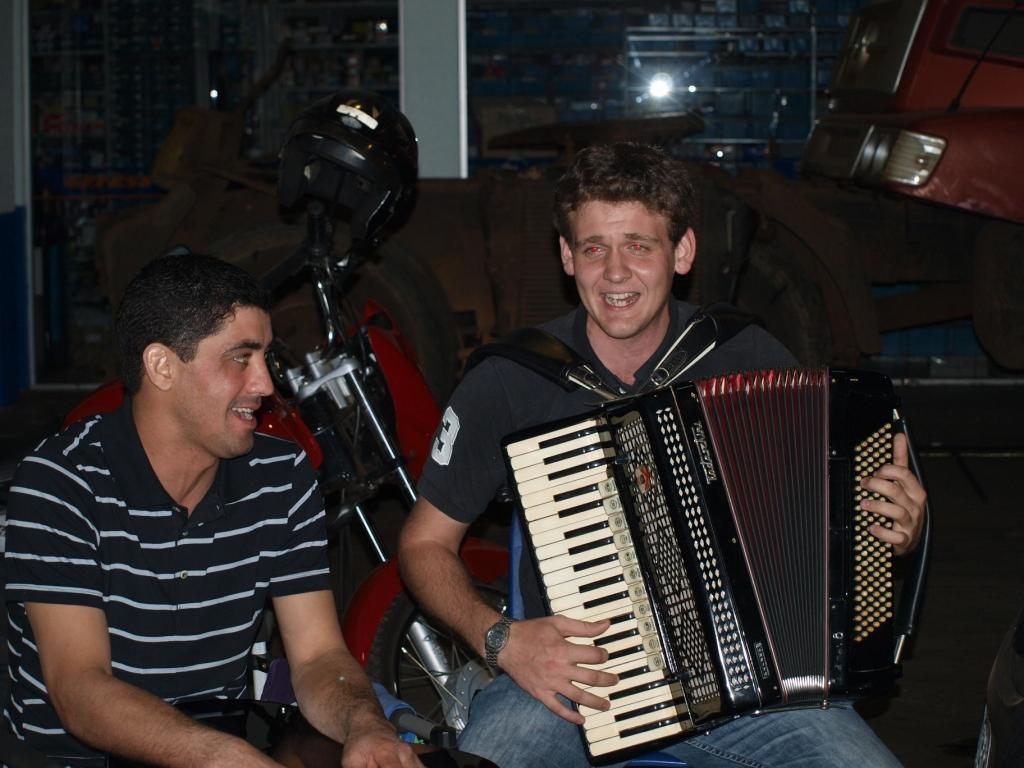 auch dieser junge Mann wurde extra wegen uns aufgeboten um Folklore zu spielen