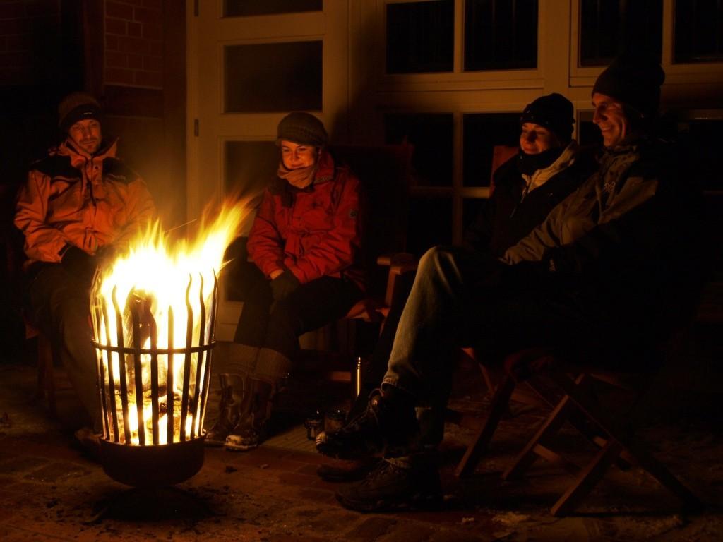Nach einer Woche Wartezeit, genossen wir den letzten Abend im schneebedeckten Garten mit Glühwein und Feuerkorb