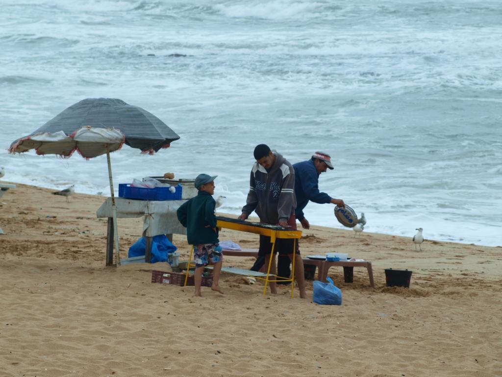Direkt am Strand wird der frisch gefangene Fisch gegrillt
