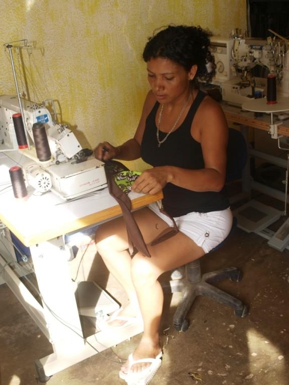 Frau lässt sich ein Bikini schneidern