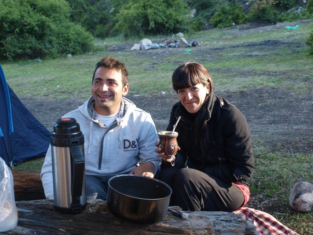 Valeria und Gabriel aus BsAs. Das erste mal am campieren