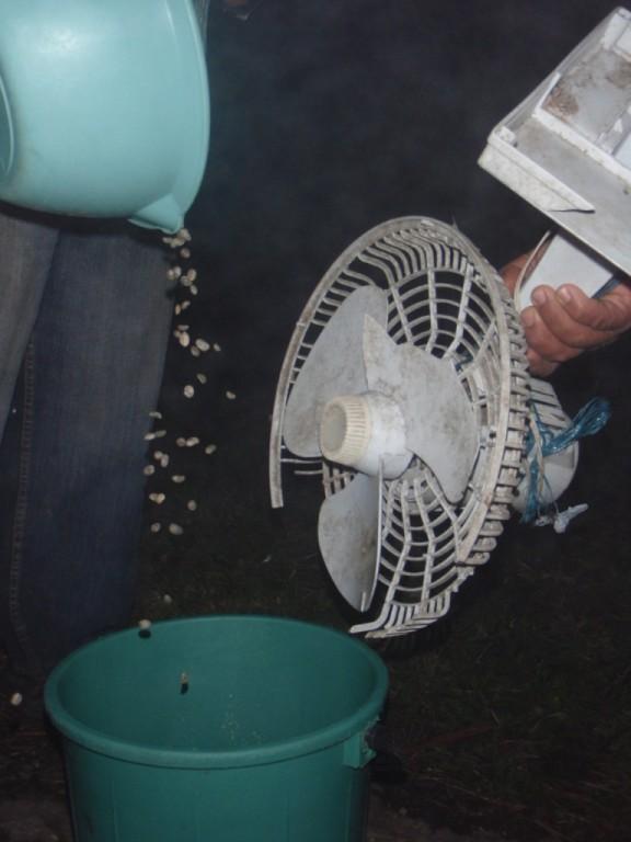 dann wird die Haut mit Hilfe dieses Ventilators von den Bohnen weggeblasen