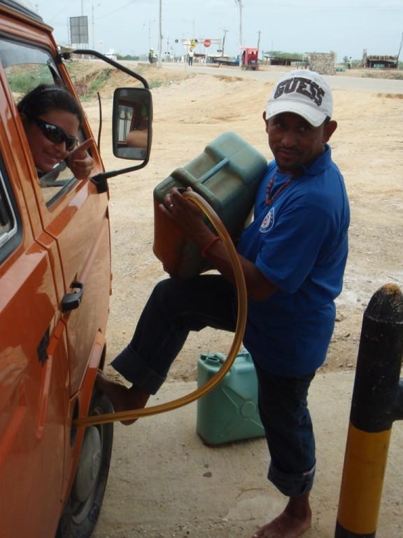 so wird im Norden Kolumbiens günstiges Chavez-Benzin getankt