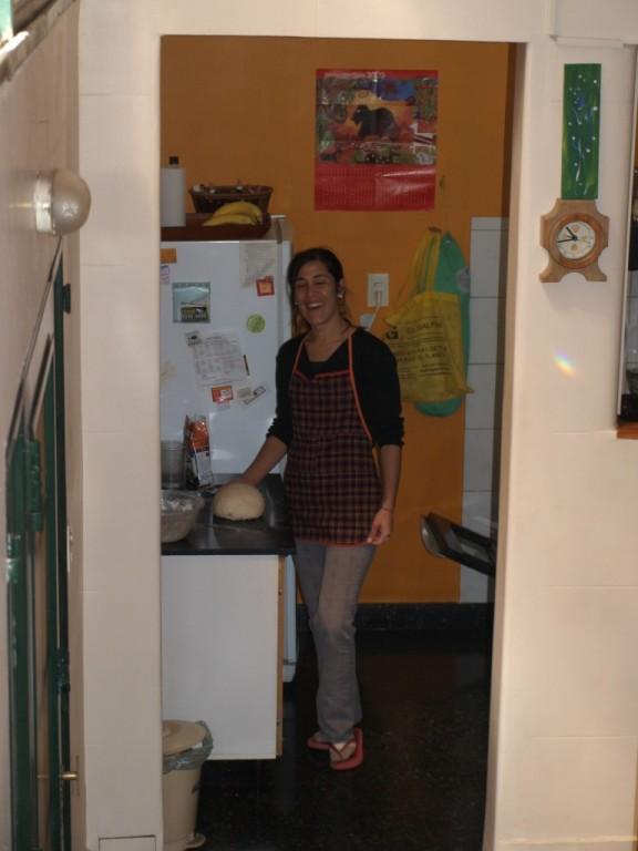 Samstag, Carolina bereitet den Pizzateig für ihre geladenen Gäste vor