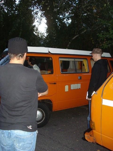 Erste Fotos wurden geschossen und der Bus genau unter die Lupe genommen