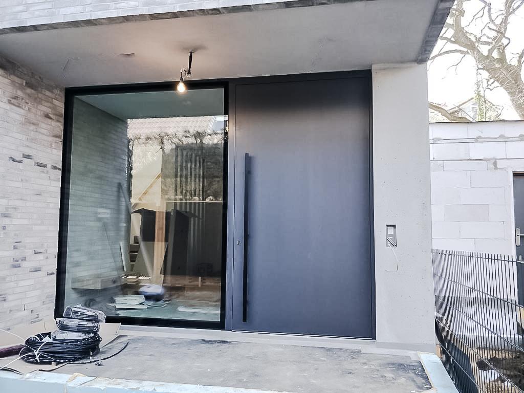 XXL Haustüren und Innenraumtüren aus eigener Herstellung - dank drehbarer/schenkbarer Funktion durch Pivot-Beschläge