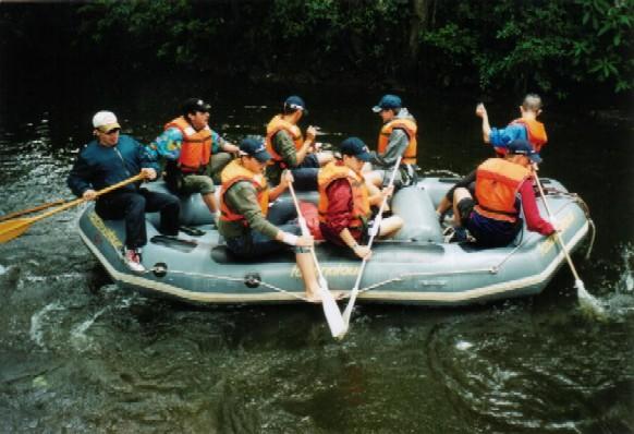 Die Jugendgruppe bei einer Floßfahrt