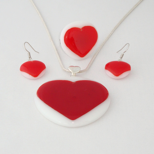 S3257. Wit opaal glas met rood hart.       €25.00.