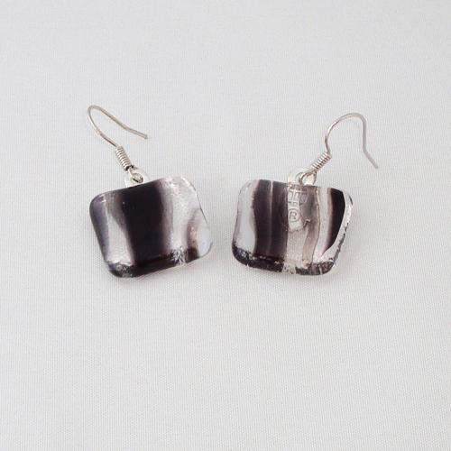 E3251. Zwart/wit gemarmerd glas. afm. ca. 2x2 cm.   €6.50.