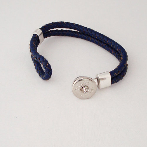 P1170. Easy button armband van leer, donkerblauw. binnenlengte ca 17.5 cm.     €7.50.