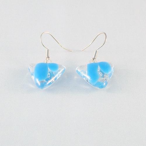 E3188. Helder glas met lichtblauw opaal glas. afm. ca. 1.5x1.5 cm.   €6.50.