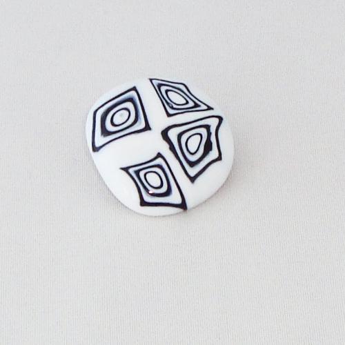 P1199. Easy button steen van wit met zwarte millefiori.     per stuk €2.00 en 3 voor €5.00.