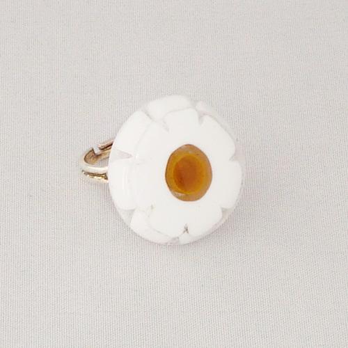 R3264. Wit met gele millefiori. afm. ca. 2.5 cm.    €6.50.