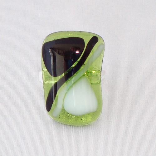 R3231. Helder groen met zwart en wit opaal glas. afm. ca. 3x2 cm.    €6.50.
