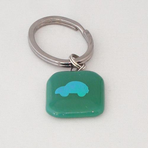 A1406. Sleutelhanger. groen opaal glas met auto.  maat steen  ca. 2.5x2.5 cm.   €5.00.