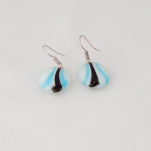 E1179. Wit opaal glas met turquoise en zwarte streepjes. afm. ca. 1.5x1.5 cm.   €6.50.