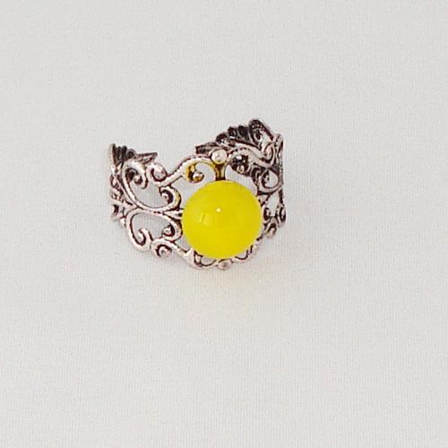 R2025. Filigrain ring met geel gemarmerd steentje.    €6.50.