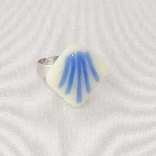 R3297. Vanille opaal glas met blauwe strepen. afm. ca. 2x2 cm.    €6.50.