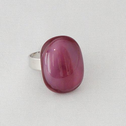 R3305. Roze/paars gemarmerd opaal glas. afm. ca. 2x1.5 cm.    €6.50.