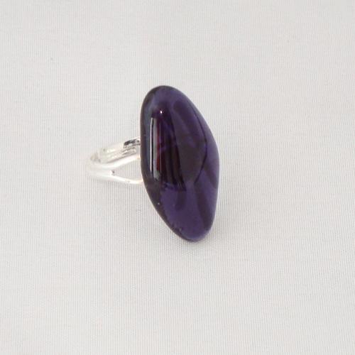 R3209. Helder paars glas met paarse streepjes. afm. ca. 2.5x1.5 cm.    €6.50.