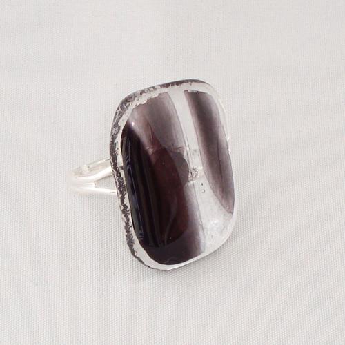 R3227. Helder zwart/wit gemarmerd glas. afm. ca. 2.5x2 cm.    €6.50.