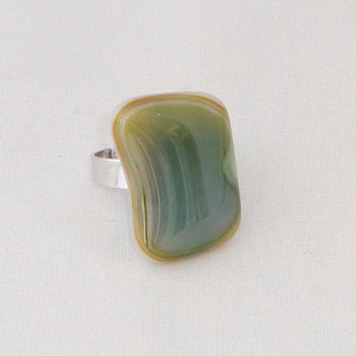 R3295. Groen/creme gemarmerd opaal glas. afm. ca. 2.5x1.5 cm.    €6.50.