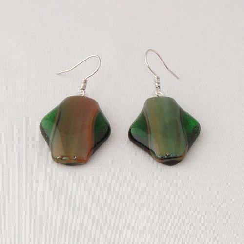 E3307. Groen met roodbruin gemarmerd en groen helder glas. afm. ca. 2.5x2 cm.   €6.50.