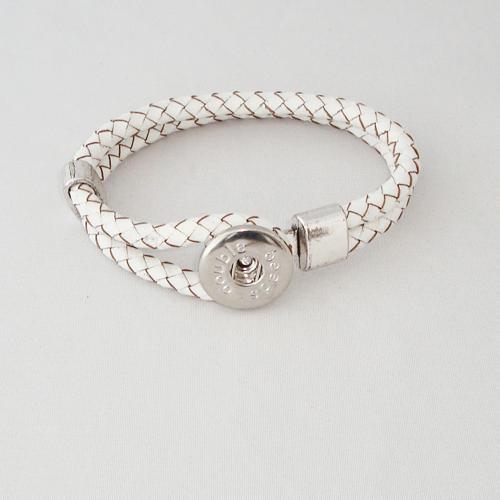 P1174. Easy button armband van leer, wit. binnenlengte ca. 17.5 cm.     €7.50.