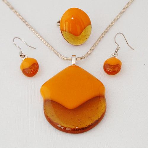 S3246. Helder amber met okergeel opaal glas.     €25.00.