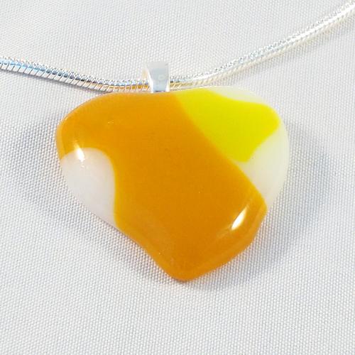 H3164. Wit met geel helder en opaal glas. afm. ca. 3x3 cm.     €9.50.