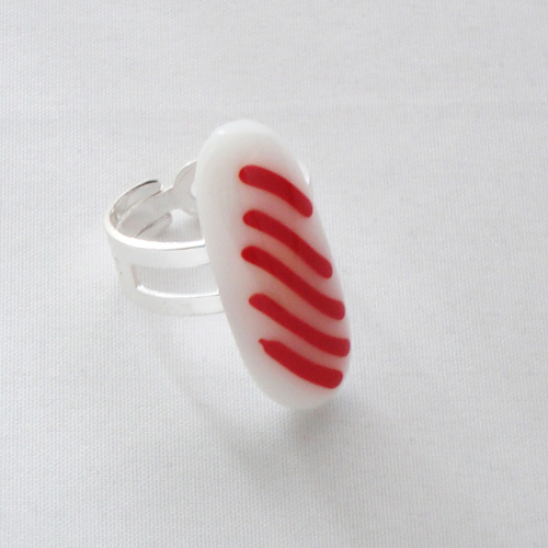 R3194. Wit opaal glas met rode streepjes. afm. ca. 3x1 cm.    €6.50.
