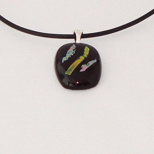 H3319. Zwart opaal met koperkleurig dichroic glas. afm. ca. 2.5x2 cm.     €9.50.