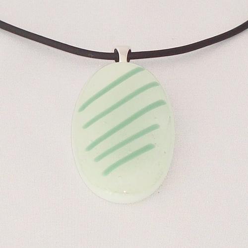 H3282. Wit opaal glas met groene streepjes. afm. ca. 5x2.5 cm.     €9.50.