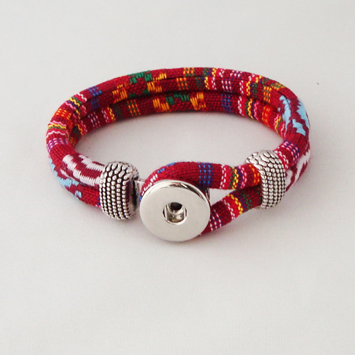 P1206. Easy button armband van leer, rood gemeleerd. binnenlengte ca. 17.5 cm..     €7.50.