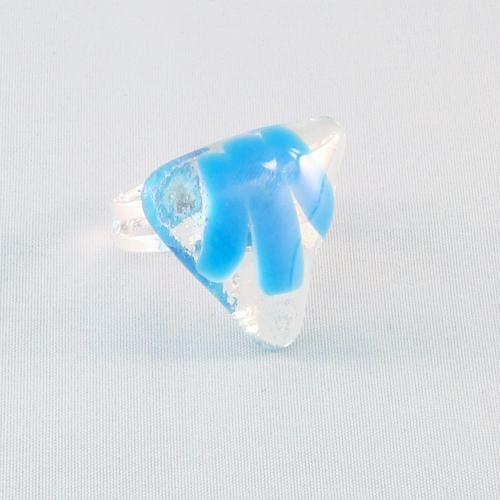 R3188. Helder en lichtblauw opaal glas. afm. ca. 2.5x2.5 cm.    €6.50.