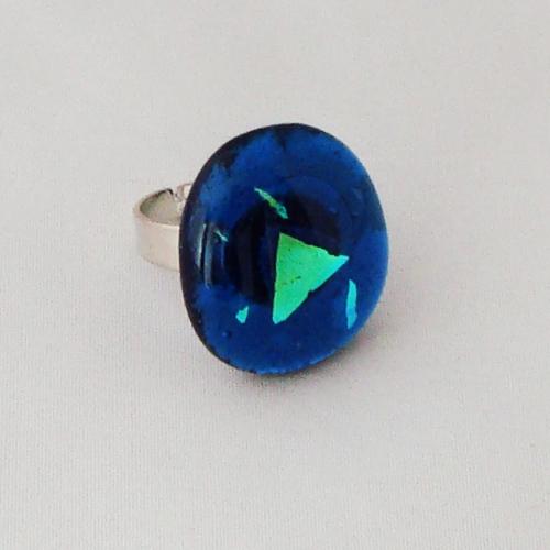 R3334. Helder blauw met blauw/groen dichroic glas. afm ca. 2.5x2 cm.     €6.50.