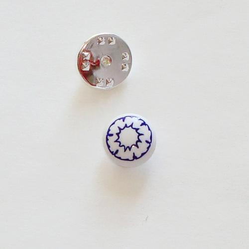 A1411. Pinbroche. wit met blauw millefiori bloem.  maat steentje ca. 1 cm.   €3.50.