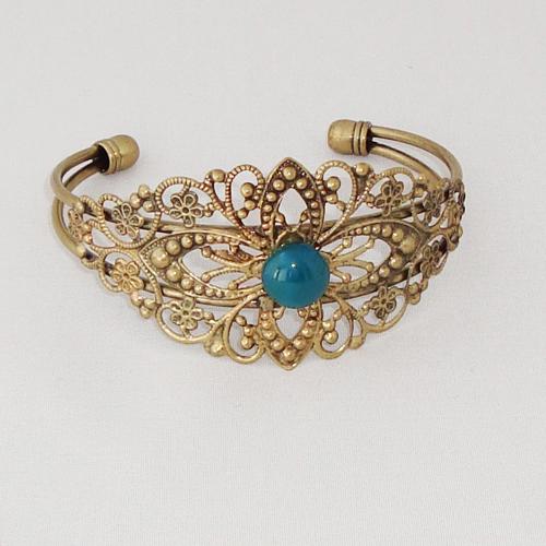 P2021. Bronskleurige filigrain armband met blauw/groen steentje.     €9.50.