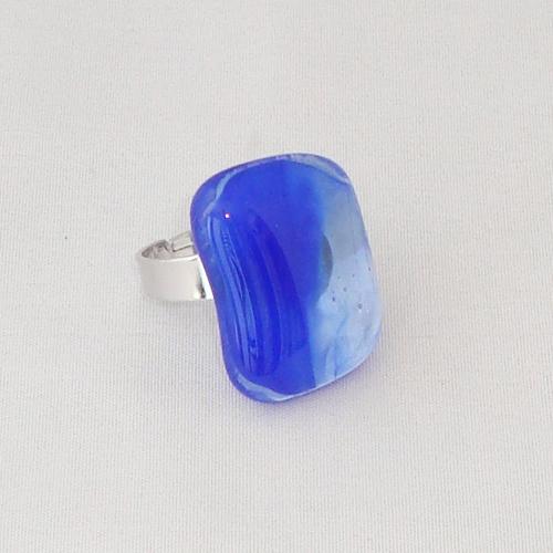 R3294. Blauw gemarmerd glas. afm. ca. 2.5x1.5 cm.    €6.50.