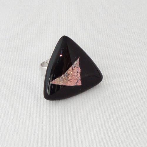 R3253. Zwart opaal met rose dichroic glas. afm. ca. 3x3 cm.    €6.50.
