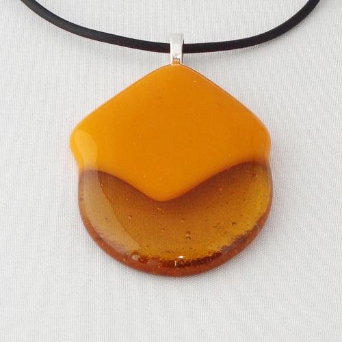 H3246.  Helder amber met opaal geel glas. afm. ca. 5x3.5 cm.     €9.50.