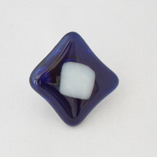 R3213. Helder donkerblauw met wit opaal glas. afm. ca. 3x3 cm.    €6.50.