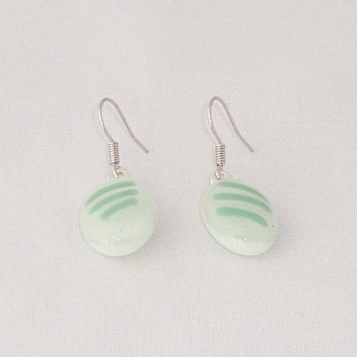 E3282. Wit opaal glas met groene streepjes. afm. ca. 2x1.5 cm.   €6.50.