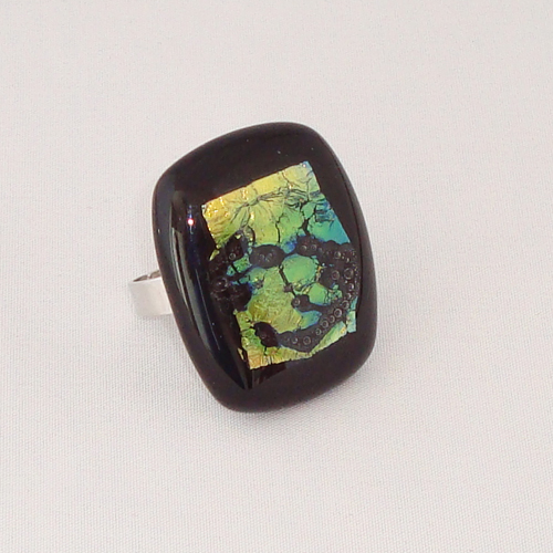 R3289. Zwart opaal met dichroic glas. afm. ca. 3x2.5 cm.    €6.50.