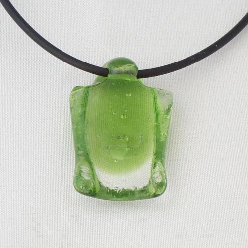 H3210. Helder groen glas. afm. ca. 4x2 cm. inclusief rubber koord.     €9.50.