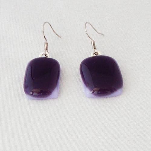E1206. Paars met lavendel opaal glas. afm. ca. 2 x 1.5 cm.   €6.50.